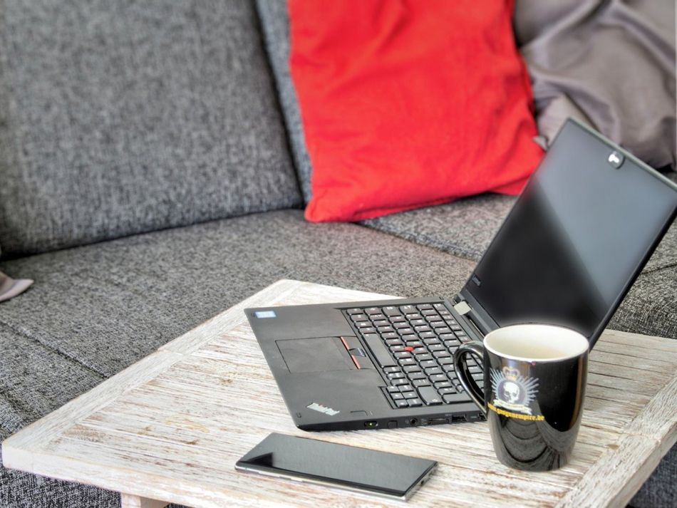 Laptop, Kaffeetasse und Handy im Homeoffice © Elchinator, Pixabay